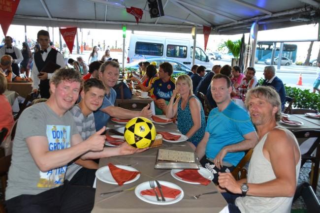 Hele gjengen samlet til mat go fotball